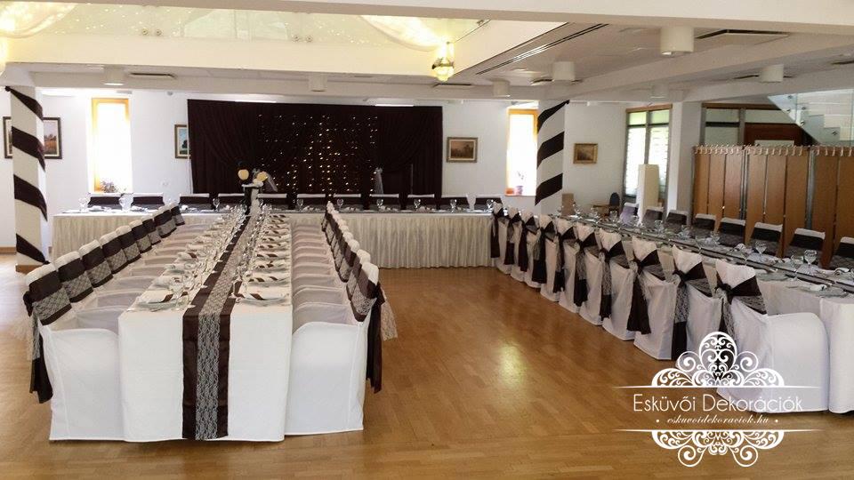 Esküvői textil dekoráció fehér karfás székszoknyával, csokoládébarna szatén masnival csipével fényfüggönnyel