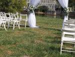 Esketési ceremónia, székekkel, boldogságkapuval, textil, élővirág, selyemvirág