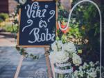 Esküvőis ceremónia dekoráció kültéri dekroáció vintage megállító táblával leszúrható állványos dekorációval