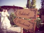 Esküvői esketési helyszín dekroáció útbaigazító táblákkal több nyelven