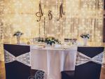 Esküvői székszoknya dekoráció csokoládé barna spandex székhuzattal krém elasztikus csipke pánttal