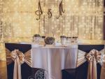 Esküvői székszoknya dekoráció csokoládé barna spandex székszoknyával arany szatén masnival
