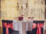 Esküvői székszoknya dekoráció csokoládé barna spandex székszoknyával korall szatén masnival