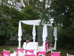 Esküvői szertartás dekroáció textil pavilonnal kristályokkal amerikai székkel
