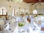 eskuvoi-terem-dekoracio-textillel-feher-szabott-szekszoknyaval-pezsgo-szaten-masnival