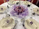 lila-eskuvoi-asztaldekorcio-kristalyokkal