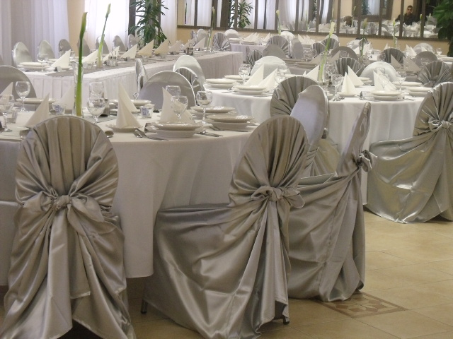 Téli esküvői dekoráció ezüst anyagában kötős székszoknyával